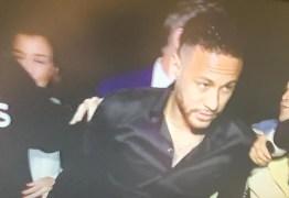 Cercado por crianças, Neymar chega à Polícia para depor sobre imagem vazada