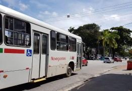 Com protestos em saídas de garagens, circulação de ônibus fica comprometida na Capital