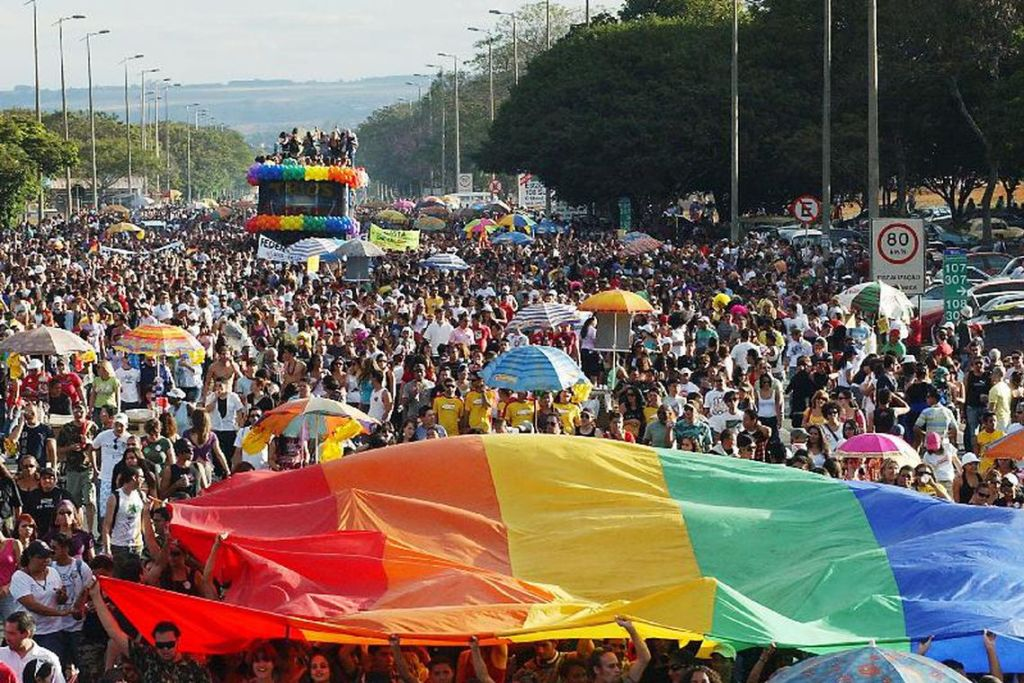 parada gay2 1024x683 - Semáforos para pedestres mostram bonecos homoafetivos