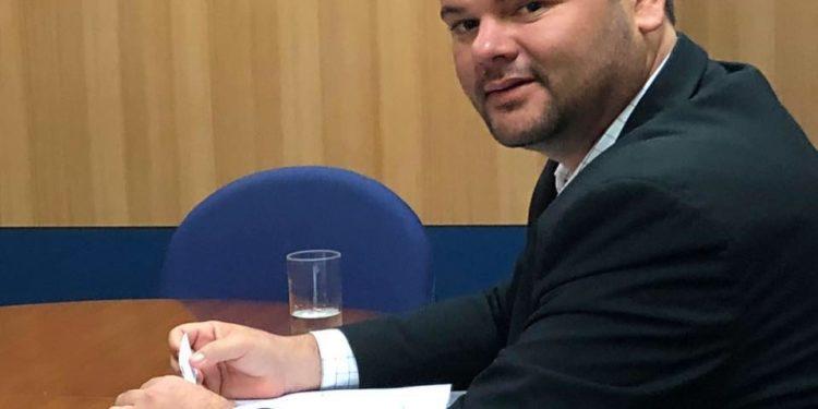 """prefeito mogeiro 750x375 - Prefeito de Mogeiro evita entrar em polêmica, mas muda foto do perfil e internauta dispara: """"Solteiro na pista"""""""