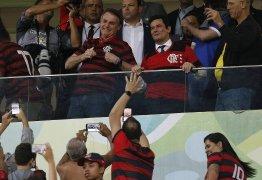 Bolsonaro e Moro posam com camisa do Flamengo em partida contra o CSA