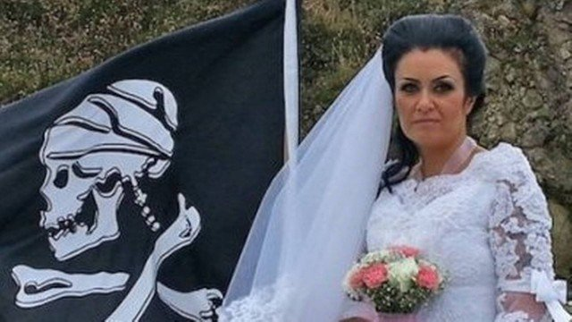 xblog amanda teague.jpg.pagespeed.ic .ln32Q02cKE - 'POSSUÍDA': Mulher que se casou com fantasma de pirata precisa de 'exorcismo' para se divorciar