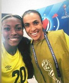 MUSAS DA COPA: Jogadora jamaicana Cheyna Matthews posa com Marta após partida contra Brasil