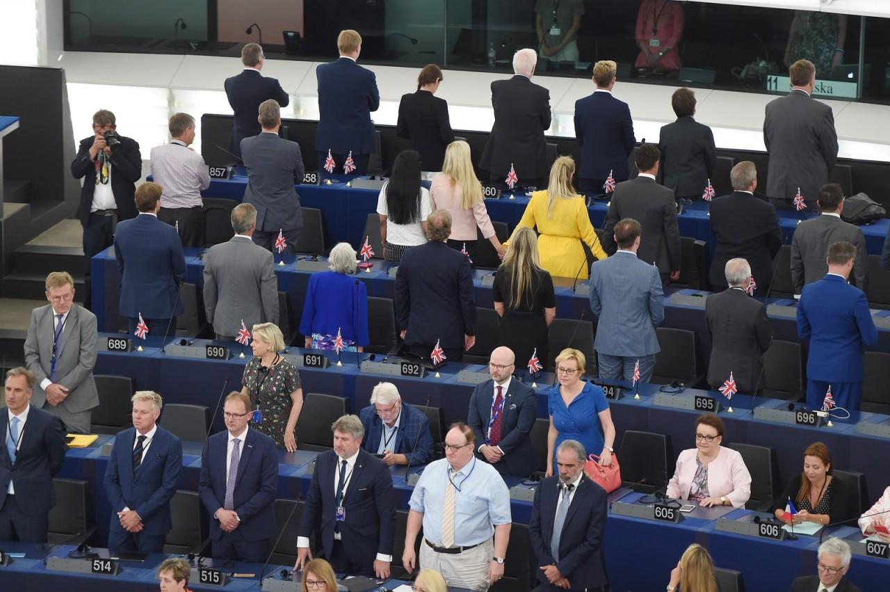 000 1i73uq - Deputados do Partido do Brexit dão as costas durante hino europeu