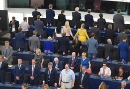 Deputados do Partido do Brexit dão as costas durante hino europeu