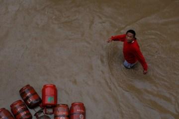 2019 07 14t161603z 354816036 rc16d9b23a00 rtrmadp 3 nepal weather rains - Inundações na Índia, Nepal e Bangladesh deixam mais de 100 mortos e milhões de desalojados