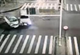 Câmera flagra momento da colisão entre veículos na Avenida Epitácio Pessoa – VEJA VÍDEO