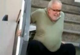 Cadeirante sobe escadas sentado após elevador de agência do INSS quebrar