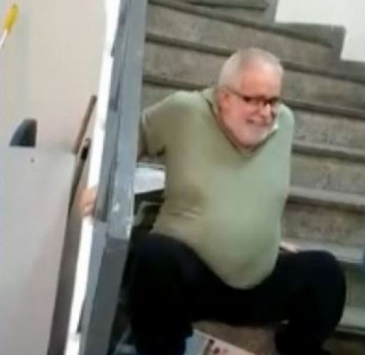Professor 300x291 - Cadeirante sobe escadas sentado após elevador de agência do INSS quebrar
