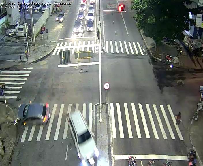 WhatsApp Image 2019 07 01 at 17.52.06 - Carro capota na Avenida Epitácio Pessoa após colisão com outro veículo em frente ao Extra - VEJA O VÍDEO