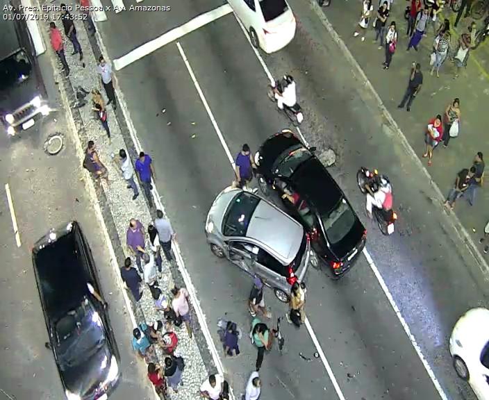 WhatsApp Image 2019 07 01 at 17.52.28 - Carro capota na Avenida Epitácio Pessoa após colisão com outro veículo em frente ao Extra - VEJA O VÍDEO