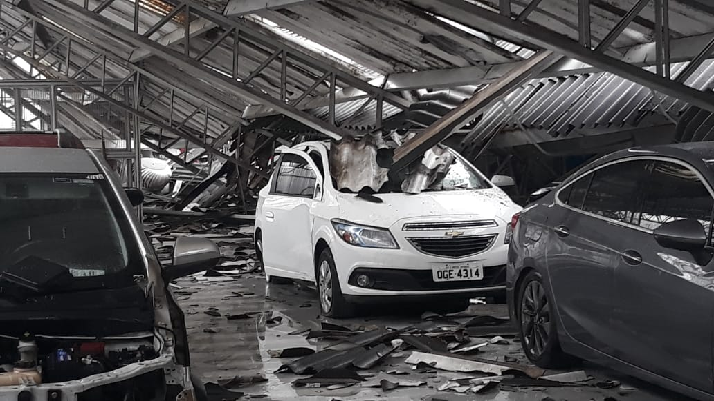 aa6b308f 629a 40d1 9d2e 9e127d40771e - TRAGÉDIA EM CG: Teto da concessionária Chevrolet desaba e destrói veículos - VEJA VÍDEO