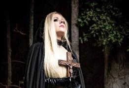 Nova música de Avril Lavigne fala sobre amar o Diabo e incomoda fãs cristãos