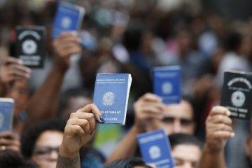carteira de trabalho - Segunda fase da Reforma Trabalhista tramita disfarçada no Congresso - Por Leonardo Sakamoto