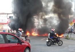 Moradores fazem protesto por falta de água e bloqueiam rua em Mangabeira