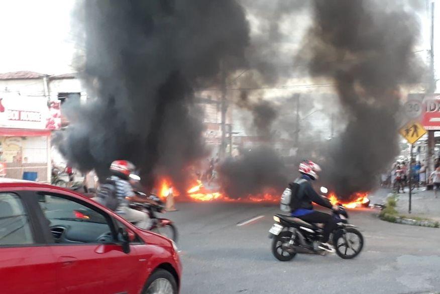 f42a4bb7 26c3 44da 99a6 cac3ba65cd27 - Moradores fazem protesto por falta de água e bloqueiam rua em Mangabeira