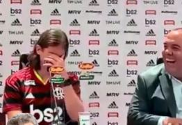 """Chefe de comunicação do Flamengo rouba cena ao cair no """"gemidão do WhatsApp"""" durante apresentação – VEJA VÍDEO"""