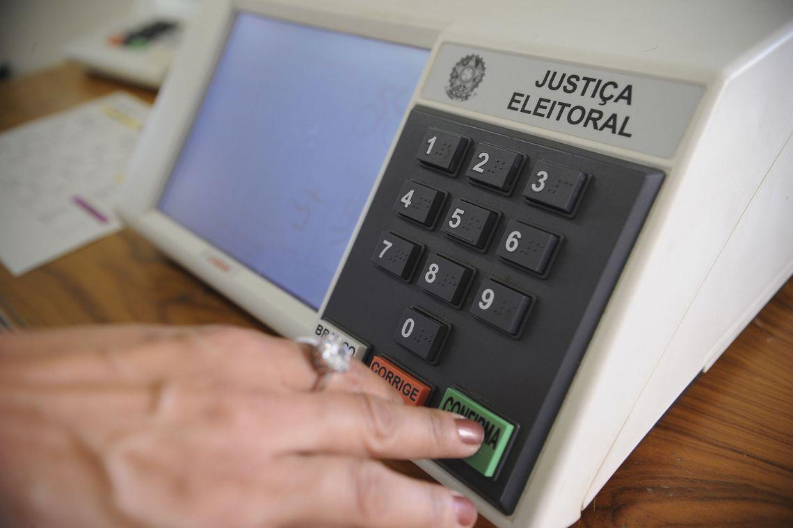 urna menor 1 - Eleitor que fotografou o voto e postou as imagens nas redes sociais é condenado a 4 meses de detenção