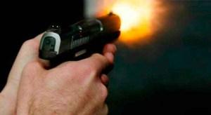 uso arma fogo 1 300x164 - Jovem é baleado em condomínio residencial de João Pessoa