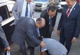 EXTREMA GRATIDÃO: Vereador se ajoelha e beija os pés de prefeito em agradecimento por construção de praça