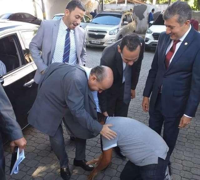 1565347956 5d4d507476da4 - EXTREMA GRATIDÃO: Vereador se ajoelha e beija os pés de prefeito em agradecimento por construção de praça
