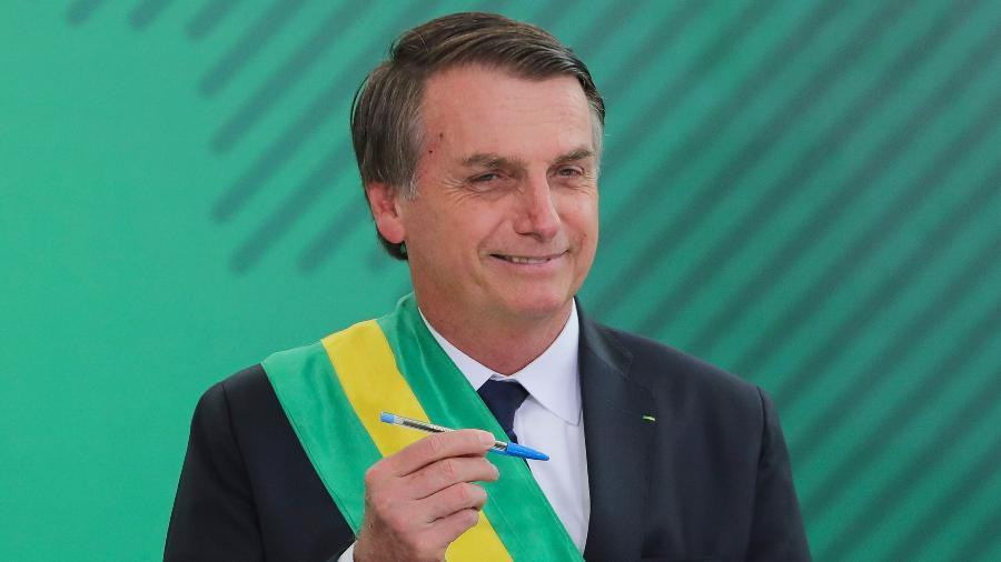 1jan2019 o presidente jair bolsonaro assina o termo de posse do cargo no congresso nacional 1546382733442 v2 900x506 - Bolsonaro usa redes sociais para ressaltar medidas de sua gestão