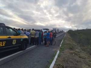74170f1f b65d 4cd3 a1ee c2dbc38472a7 300x225 - PROTESTO: Motoristas de transportes alternativos interditam rodovias na Paraíba