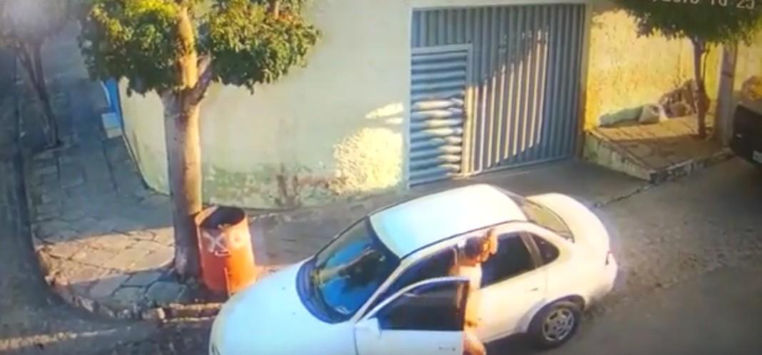 Capturar 42 - TARADO EM CAMPINA GRANDE: homem persegue mulheres e câmeras flagram ele se masturbando na rua - VEJA VÍDEO