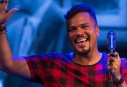 Vocalista do grupo Sorriso Maroto é diagnosticado com derrame pleural