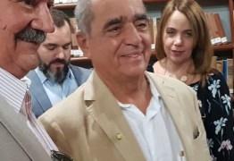 Roberto Cavalcanti tomará posse na APL e critica negativismo no Brasil