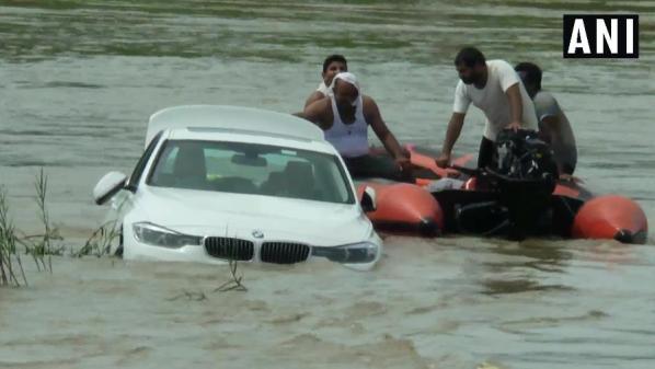 bmw em rio na india 1565632253554 v2 900x506 300x169 - Chateado por não ganhar Jaguar em seu aniversário, rapaz joga BMW em rio