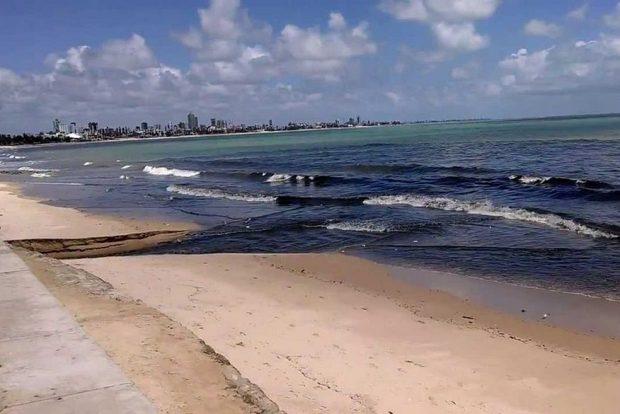 esgoto na praias de manaira 620x414 - Fiscalização vai detectar esgotos clandestinos em Manaíra: 'Vamos tapar a saída e esgoto vai voltar para dentro da casa de quem o produz'