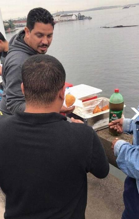 extra coxinha - Pessoas retidas na Ponte Rio-Niterói passam o tempo soltando pipa, brincando de bola e jogando cartas na pista