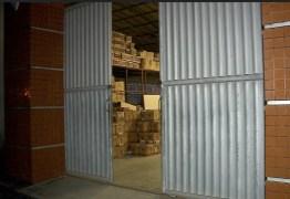 Depósito do Fisco é assaltado, quatro pessoas são feitas reféns e bandidos levam caminhão de mercadorias