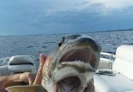 Mulher se surpreende ao pegar peixe de duas bocas em lago