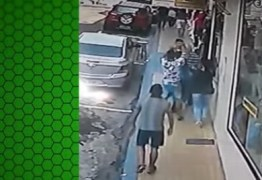 COVARDIA: Três bandidos assaltam e agridem idoso no meio da rua – VEJA VÍDEO