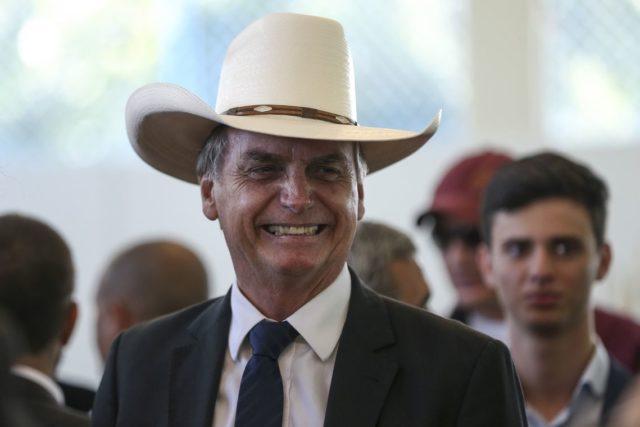 jair bolsonaro de chapeu 640x427 - Bolsonaro quer privatizar as águas da Transposição: você vai deixar? - Por Flávio Lúcio