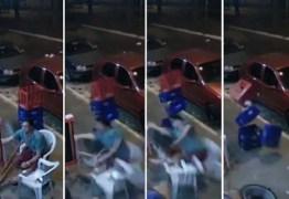 Homem de muleta é atingido por roda que se solta de carro em movimento – VEJA VÍDEO