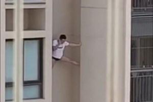 1 homem predio 13198591 300x200 - Homem de camisa e cueca é filmado escorado do lado de fora de prédio- VEJA VÍDEO