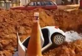 População lança carro em vala após marido agredir esposa em vi pública – VEJA VÍDEO