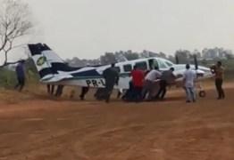 Pneu fura durante pouso e avião com dois deputados sai da pista – VEJA VÍDEO