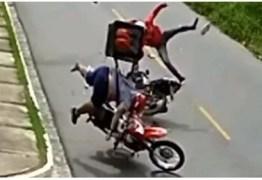 EM JOÃO PESSOA: Câmera flagra colisão entre motos após entregador empinar veículo – VEJA VÍDEO