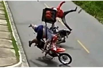 Capturar0 5 - EM JOÃO PESSOA: Câmera flagra colisão entre motos após entregador empinar veículo - VEJA VÍDEO