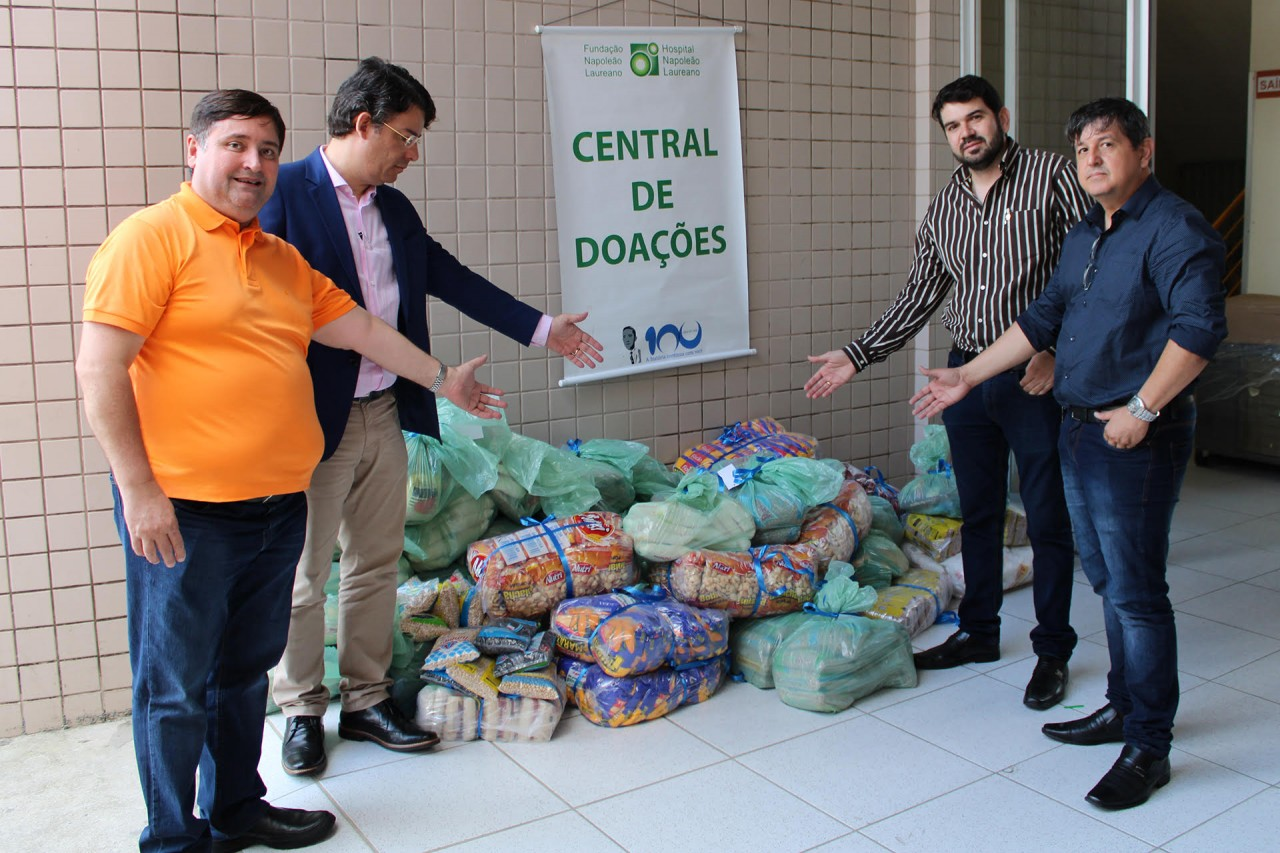 Entrega donativos - Creci-PB faz doação de meia tonelada de alimentos ao Hospital Napoleão Laureano