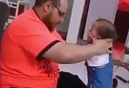 Pai flagrado batendo em bebê justifica ação: 'Era para ensiná-la a andar, ela está andando bem agora' – VEJA VÍDEO