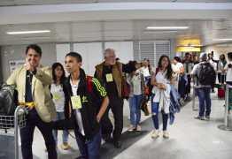 Crianças e adolescentes que se apresentaram no Theatro Municipal de São Paulo são recebidos com festa por familiares e amigos