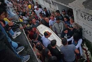 caixao agatha  300x203 - Morte de menina no Rio cria embate sobre pacote anticrime