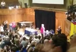 Dilma Rousseff é ovacionada antes de palestra na Universidade de Sorbonne, em Paris – VEJA VÍDEO