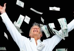 Homem saca dinheiro em caixa eletrônico e distribui na rua