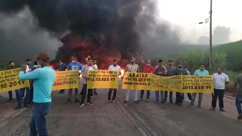 protesto pe60 - PROTESTOS: Motoristas de transporte alternativo bloqueiam BR 101 e PE-60